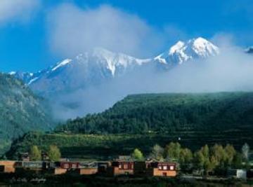 新龙县隶属四川省甘孜藏族自治州位于四川甘孜州中部青藏高原东南